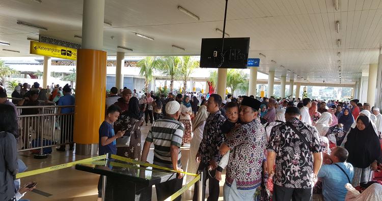 Menunggu Keberangkatan Umroh di Bandara