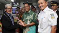 PT KAI Daop 3 Cirebon Sapa Pelanggan dengan Bagikan Coklat dan Bunga