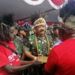 Panglima TNI Marsekal TNI Hadi Tjahjanto saat menerima surat tanah Ulayat dari tokoh masyarakat Suku Kamoro