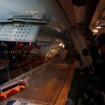 Penumpang kapal pesiar World Dream pergi dengan bus setelah masa karantina atas penularan virus korona baru. (Foto: Reuters Tyrone)