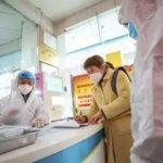 Petugas kesehatan sedang melakukan pemeriksaan kepada warga Wuhan, China.