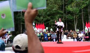 Presiden Joko Widodo Serahkan 41 SK Perhutanan Sosial Taman Hutan Rakyat Sultan Syarif Hasyim Provinsi Riau