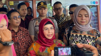 Putri Wakil Presiden RI Mar'uf Amin, Siti Nur Azizah Mar'uf, mengunjungi sentra pembuatan batik ciprat di Kesamben, Blitar, Jatim