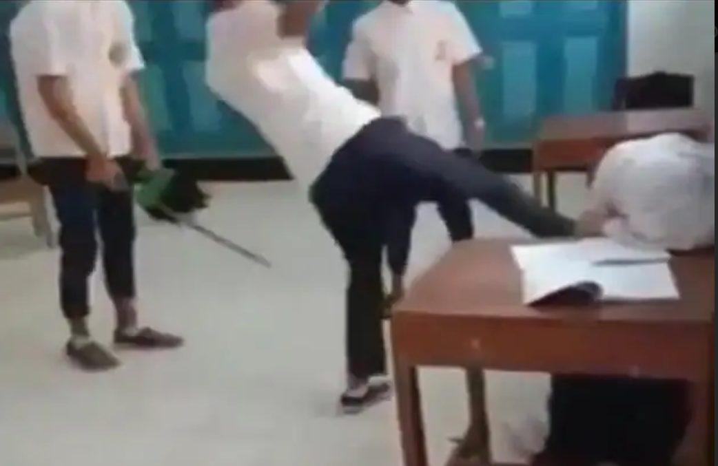 Salah satu potongan video mempertontonkan Siswi tersebut ditendang oleh beberapa siswa didalam kelas.