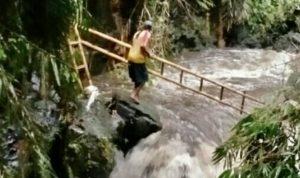Sosok Darwanto alias Kodir terlihat membawa tangga berusaha menyelamatkan puluhan siswa Pramuka SMPN 1 Turi yang terbawa arus deras Sungai Sempor. (Foto: Istimewa)