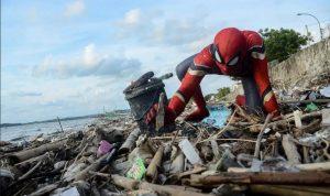 Spidernan Asal Pare-Pare mendapat banyak sorota setelah aksinya membersihkan sampah dengan cara yang unik.