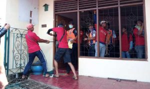 Tim dari KAI melakukan penertiban dengan membongkar beberapa bagian rumah yang ditempati oleh Sugiyarta di Lingkungan Temenggungan, Kelurahan Panjang, Kecamatan Ambarawa, Kabupaten Semarang.