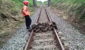Tumpukan batu di tengah rel di jalur Lumajang