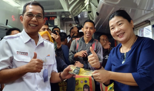 VP PT KAI Daop 3 Cirebon Membagikan Vocer Kepada Pelanggan Setia Kereta Api