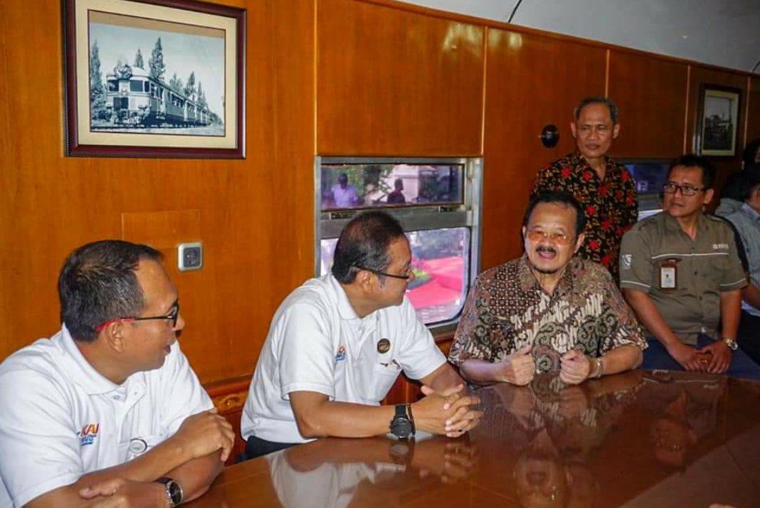 Wakil-Walikota-Solo-bersama-Direktur-Utama-PT-KAI-Edi-Sukmoro-dan-EVP-Daop-6-Yogyakarta-sedang-berbincang-didalam-KA-Joko-Kendil-yang-beroperasi-perdana-di-Kota-Surakarta.