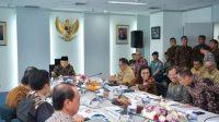 Wapres RI Maruf Amin saat memimpin rapat pleno tentang kemiskinan dan stunting di Kantor TNP2K, Kebon Sirih, Jakarta Pusat