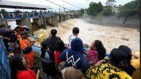 Warga Menyaksikan Bendung Katulampa, Bogor, Jawa Barat.