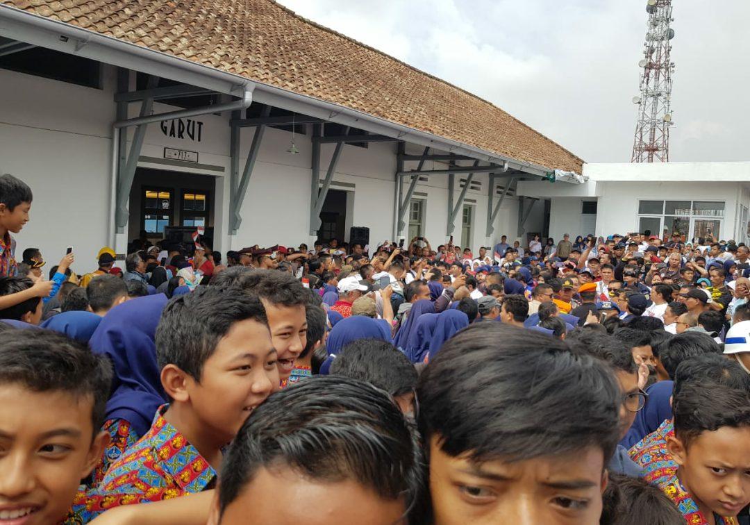 Warga sangat antusias melihat kereta api sudah memasuki Stasiun Garut, Masyarakat Garut terlihat memadati Stasiun Garut.