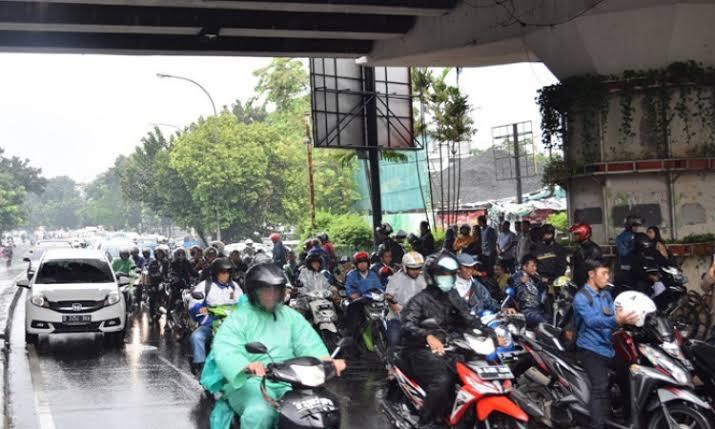 Pemandangan seperti ini sangat sering kita jumpai apabila hujan turun, pengendara memenuhi badan jalan dibawah flyover.