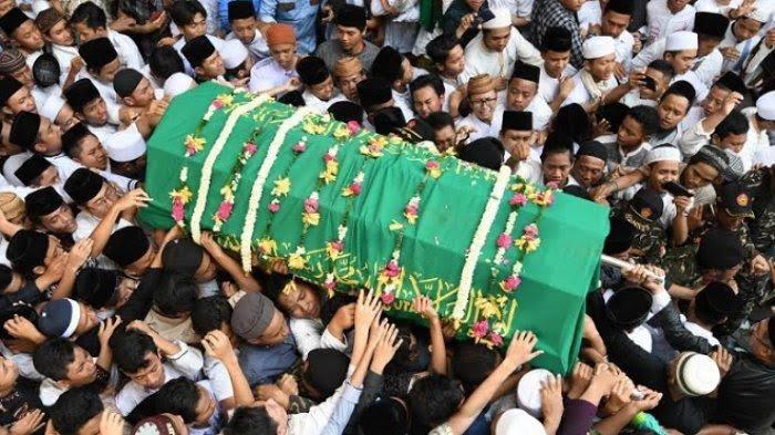 Keranda Gus Sholah dibawa ke Komplek Pemakaman Tebuireng.