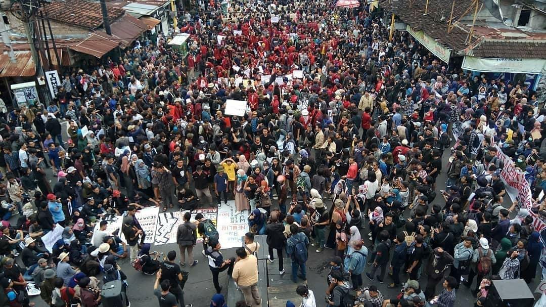 Aksi Massa yang bersatu dalam Gejayan Memanggil memenuhi pertigaan Jalan Gejayan Yogyakarta.