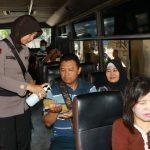 Anggota Polwan Polda DIY terlihat sedang mengedukasi dan membagikan Hand Sanitizer kepada para penumpang bus di Terminal Giwangan, Yogyakarta.