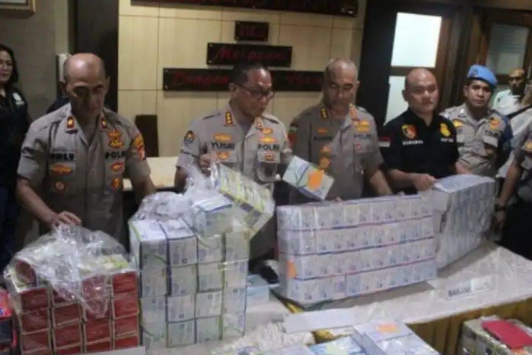 Barang bukti masker yang ditimbun mahasiswi berinisial TVH (19) disita aparat Polres Metro Jakarta Barat.