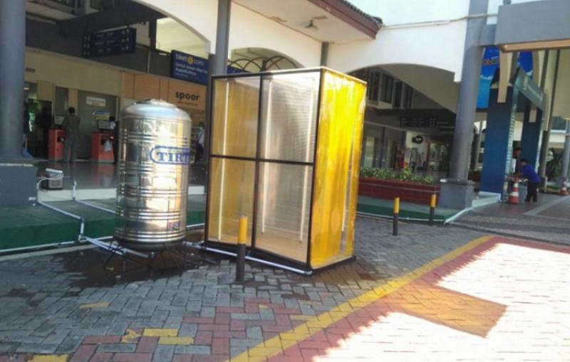 Bilik disinfektan yang disiapkan di sejumlah stasiun Daop 8 Surabaya sebagai pencegahan penyebaran COVID-19