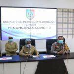Bupati Jombang Hj Mundjidah Wahab menggelar jumpa pers terkait penanganan Covid 19 di wilayahnya. (Foto: Humas Jombang)