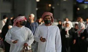Dua orang jemaat muslim yang sedang berada dikawasan Masjidil Haram terlihat memakai masker.