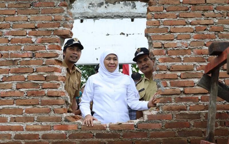 Gubernur Jatim Khofifah Indar Parawansa membuat layanan call center cangkrukan kesehatan