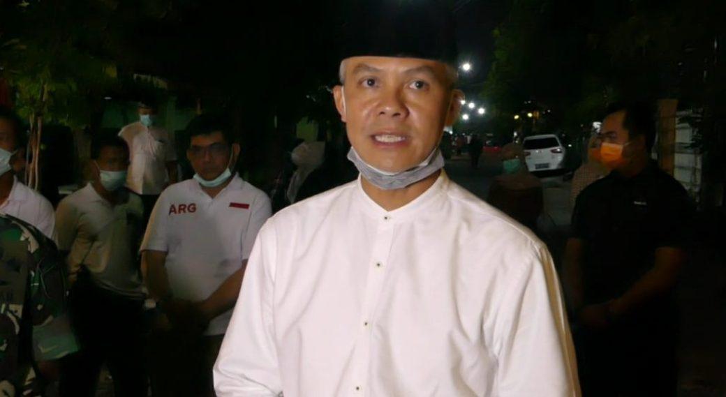 Gubernur Jawa Tengah, Ganjar Pranowo mewakili keluarga besar Presiden Jokowi memberikan pernyataan. (Foto: AgB)