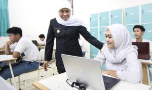 Gubernur Jawa Timur Khofifah Indar Parawansa meninjau langsung pelaksanaan Ujian Satuan Pendidikan Berbasis Komputer dan Smartphone di SMAN 6 Surabaya