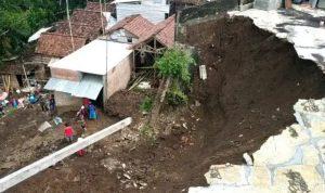 Hujan Deras, Tiga Akses Jalan di Kabupaten Malang Tertutup Longsor.