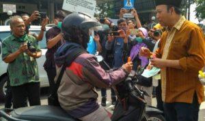Ikatan Apoteker Indonesia (IAI) Cabang Banyumas menunjukkan kepedulian nyata dengan membagikan 1000hand sanitizergratis. (Foto: Cendananews)
