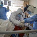 Ilustrasi pasien kasus positif Corona sedang ditangani oleh para dokter di China. (Foto: Chinatopix)
