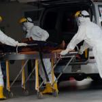 Ilustrasi pasien virus corona ditangani petugas medis