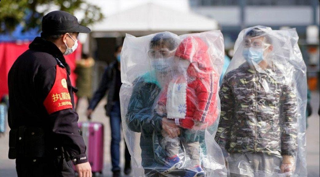 Ilustrasi. Dua orang petugas yang tengah berpatroli mengantisipasi penularan Virus Corona ditikam.