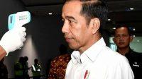 Jokowi melakukan pengecekan suhu tubuh saat di Bandara Internasional Soekarno Hatta.