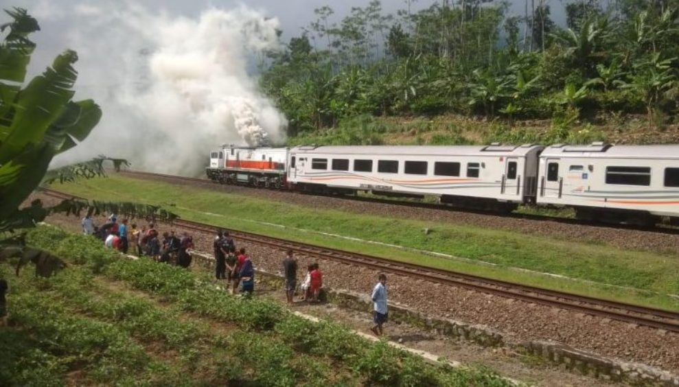 KA Bogowonto relasi Lempuyangan - Jakarta Pasarsenen berhenti bukan karena terbakar tetapi ada gangguan tekhnis pada mesin. (Foto: Istimewa)