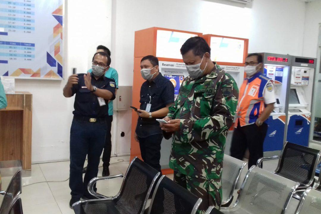 Kepala Daop 6 Yogyakarta memastikan setiap ruang di Stasiun Besar Yogyakarta bersih demi pencegahan virus Corona.