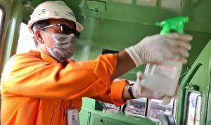 Kepala PT KAI (Persero) Daop 6 Yogyakarta Eko Purwanto ikut langsung menyemprotkan disinfektan didalam Lokomotif.
