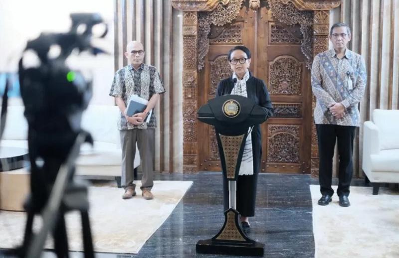 Menteri Luar Negeri Retno Marsudi mengumumkan kebijakan tambahan pemerintah RI tentang pencegahan virus corona di Jakarta