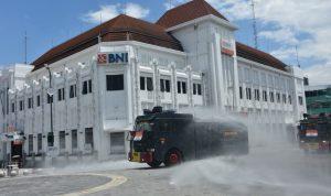 Mobil Water Canon Sat Brimob Polda DIY menyemprot disinfektan titik 0 Yogyakarta. (Foto: Headline.co.id)