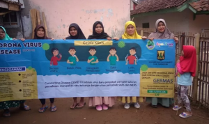Para kader Posyandu membentangkan spanduk sosialisasikan dan antisipasi penyebaran virus corona di Jawa Barat.