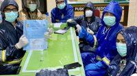 Para tenaga kesehatan di Puskesmas Gedongtengen Yogyakarta yang sempat menangani pasien corona mengenakan jas hujan. (Foto: Istimewa)