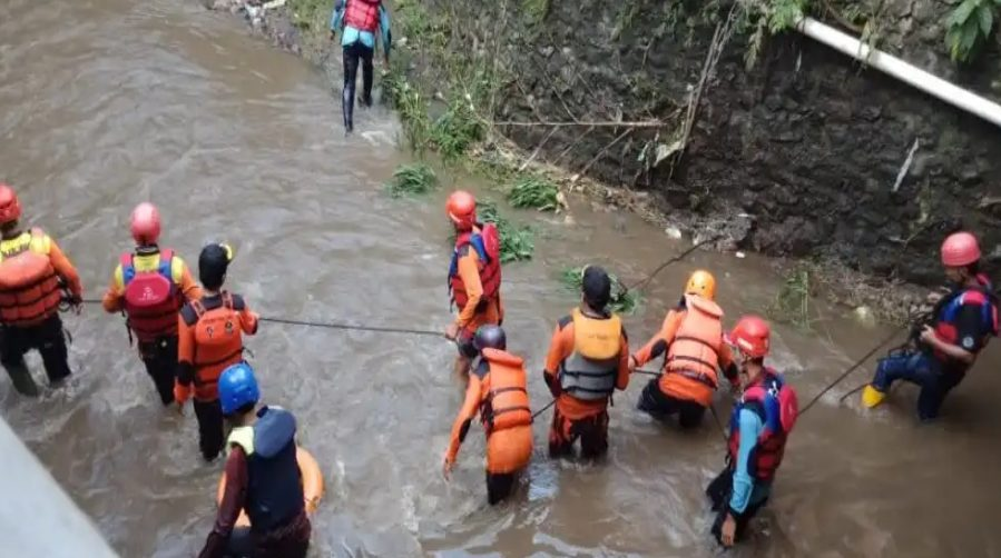 Pencarian dua santri di Sungai Kalimanten Malang Jawa Timur.