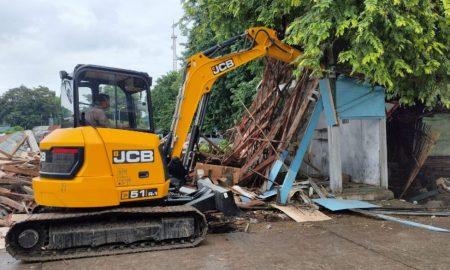 Penertiban PKL dikawasan Taman Pancasila yang menempati Lahan KAI Tegal berlangsung lancar. (Foto: Setyadi)