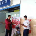 Pengguna Jasa Kereta Api Sedang Menggunakan Hand Sanitizer di Stasiun Purwokerto