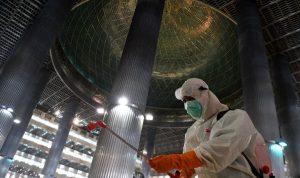 Penyemprotan Disinfektan di Masjid Istiqlal Jakarta untuk mencegah penularan Covid 19. (Foto: Antara)