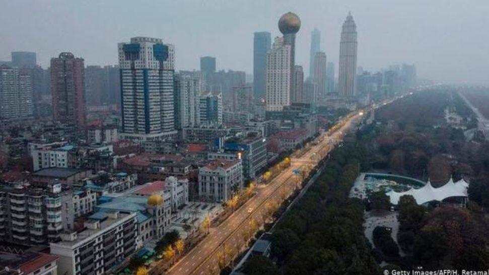 Perusahaan di Kota Wuhan mulai diizinkan beroperasi lagi pasca menurunya infeksi virus Corona di kota tersebut.