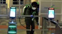 Petugas Angkasa Pura I menyemprotkan Disinfektan di setiap sudut Bandara Ngurah Rai Bali.