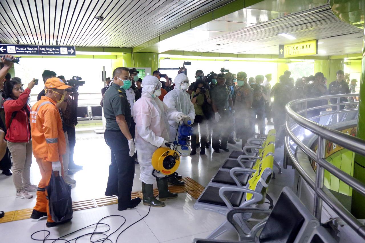 Petugas dari KAI dan Kesdam Jaya menyemprot setiap sudut Stasiun Gambir.