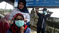 Petugas membagikan masker di Stasiun Tanah Abang, Jakarta untuk mengantisipasi penyebaran virus corona PT KCI melakukan sosialisasi kesehatan dan pembagian masker di sejumlah stasiun