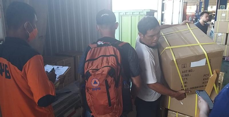 Petugas mengatur pendistribusian barang berupa APD dan Masker